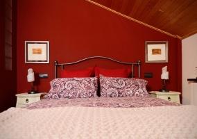 Dormitorio de matrimonio amplio con cama