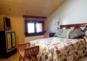 Dormitorio de matrimonio y techos abuhardillados