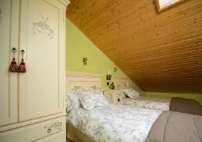 Dormitorio doble con mobiliario lacado en tonos claros