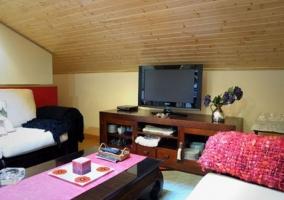 Sala de estar con mueble de madera