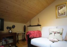 Sala de estar con techos de madera abuhardillado