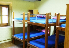 Dormitorio con literas para grupos grandes