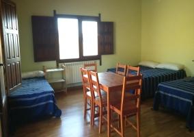 Dormitorio con seis camas