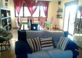 Sala de estar con sillones enfrentados