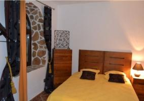 Dormitorio de cama grande naranja