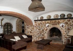 Salón con arcos de piedra y chimenea