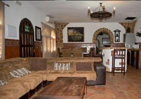Sofás y mesa rústica en el salón