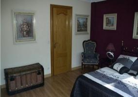 Dormitorio violeta con cama de matrimonio