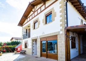 Acceso a la casa con vistas de la fachada