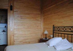 Dormitorio de matrimonio con cama blanca