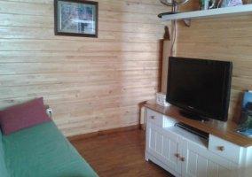 Salón con tele y mueble blanco