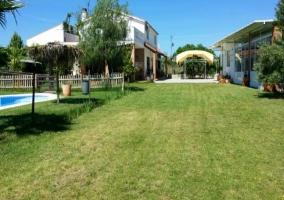 Jardín de la vivienda y piscina