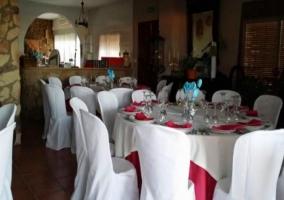 Salón con mesas de comedor