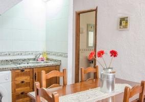 Mesa de comedor y cocina de la casa