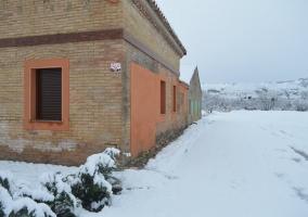 Fachada de la vivienda con nieve
