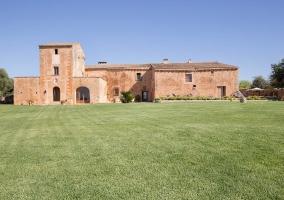 Amplio exterior con fachada en piedra