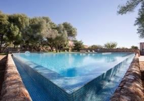 Amplia piscina en el exterior de la casa