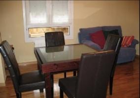Sala de estar con mesa y sillas