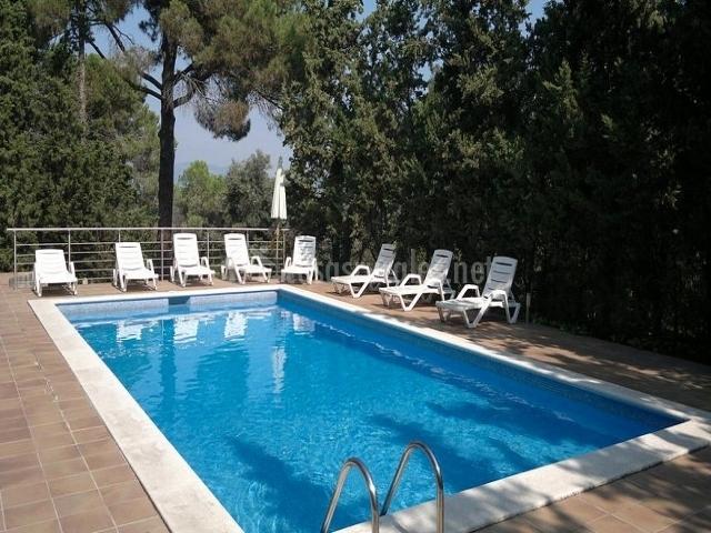 La casa gran casas rurales en la roca del valles barcelona - Tumbonas piscina ...
