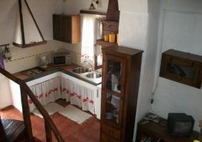 Cocina vista desde las escaleras con ventana