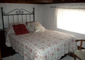 Dormitorio de matrimonio con ventana y buenas vistas