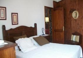 Dormitorio de matrimonio en blanco y marrón