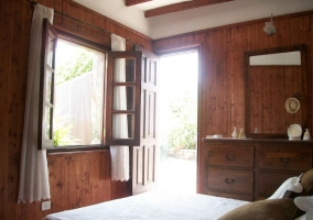 Dormitorio de matrimonio en blanco y salida a la terraza
