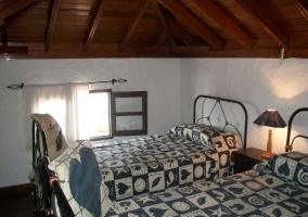 Dormitorio doble y su mesilla