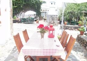 Vistas de los exteriores con mesa y sillas