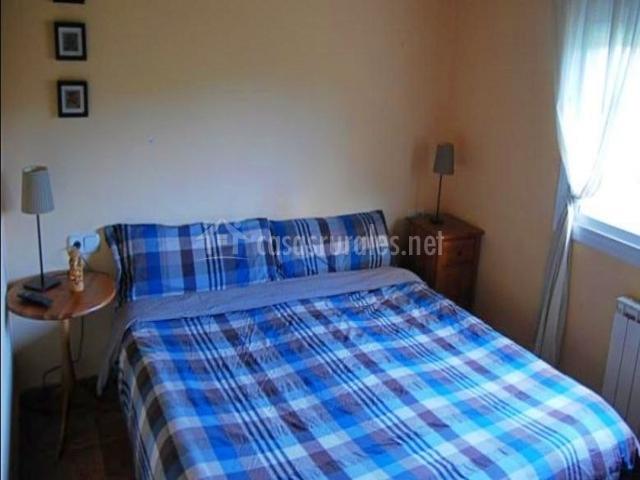 Dormitorio con cama de matrimonio azul