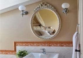 Baño con espejo redondo