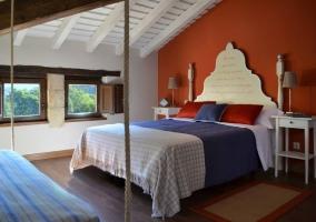 Dormitorio y ventanas de fondo