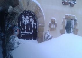 Puerta de entrada nevada
