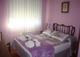 Dormitorio de matrimonio con colores lila