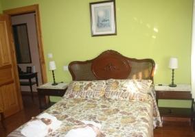 Dormitorio de matrimonio con juegos de toallas sobre la colcha