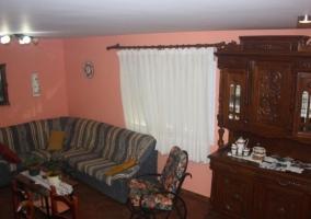Sala de estar con mueble de madera y mecedora