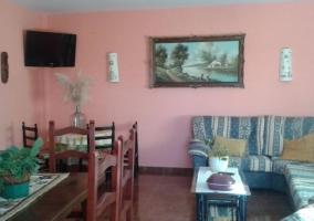 Sala de estar y comedor con televisor de plasta