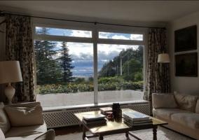 Sala de estar amplia con chimenea y mesa
