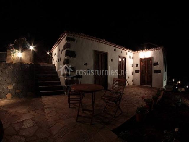Acceso a la casa por la noche con terraza