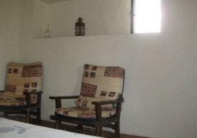 Dormitorio de matrimonio con butacas