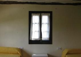 Dormitorio triple con camas individuales en la casa
