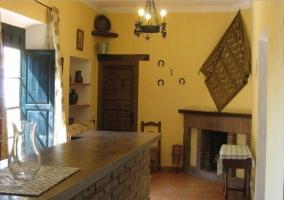 Salón con chimenea y decoración rústica