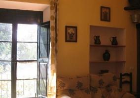 Salón de la casa con sofá