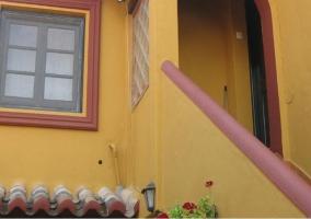 Vistas de la fachada de la casa con escalera