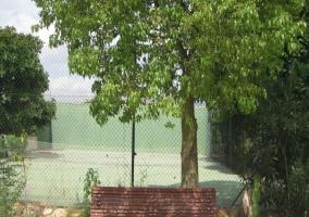 Vistas de la pista de tenis en el exterior de la casa