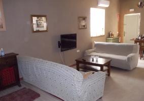Sala de estar con sillones y televisor