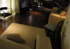 Salón con televisión y mesa