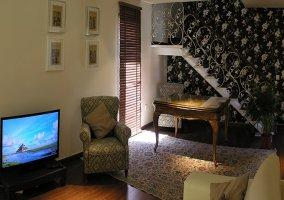 Salón con ventanas y decoración vegetal