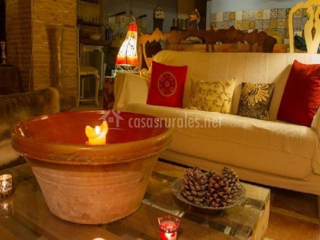 Sofá de la sala de estar y mesa