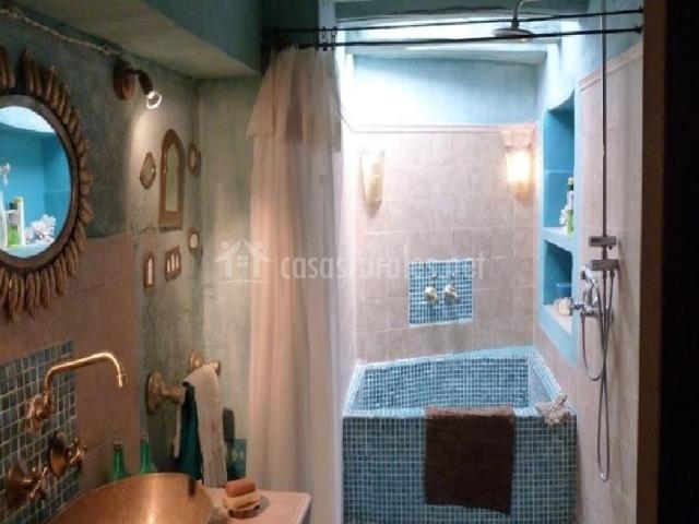 Baño con bañera azul en primera planta